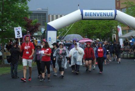 Près de 500 participants marchent avec les professionnels de la santé