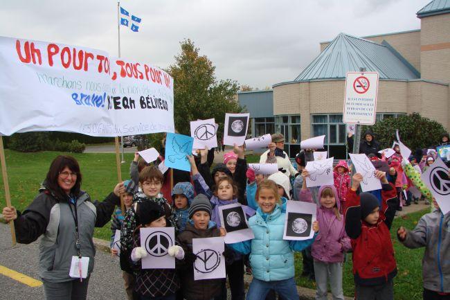 Des jeunes marchent pour la paix et la non-violence à Varennes!
