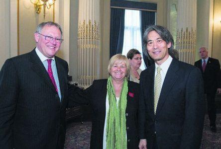 La députée Monique Richard salue la remise de médailles d'honneur à Raymond Lévesque et Kent Nagano