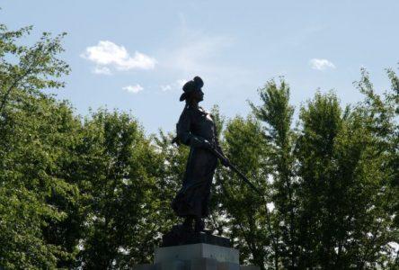 Le monument de Madeleine de Verchères, les arbres et le so