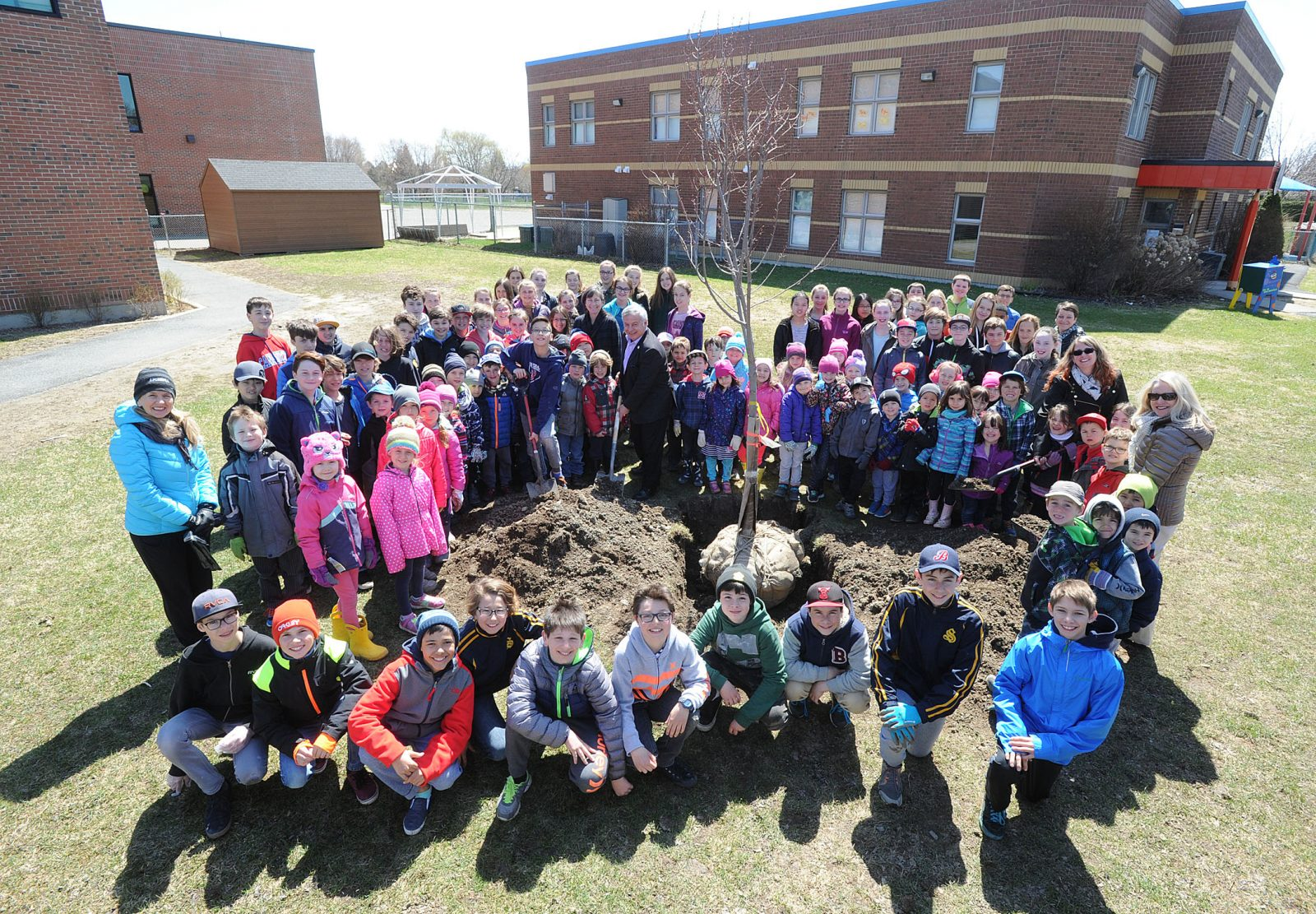 La Ville de Boucherville offre des arbres à l'école Les Jeunes Découvreurs