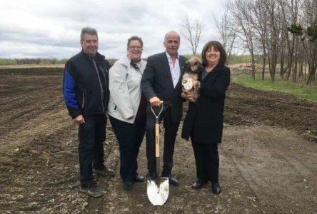 Première pelletée de terre pour la construction d'un parc canin à Saint-Amable