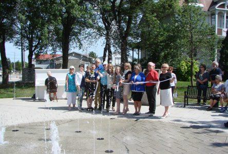 Inauguration d'une fontaine et d'un piano public dans le Vieux-Village