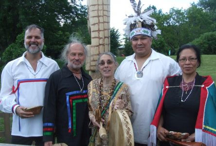 La Ville de Boucherville reçoit un mât totémique autochtone de quatre nations amérindiennes
