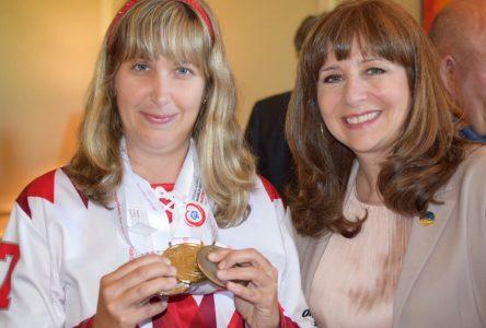 Une athlète bouchervilloise des Olympiques spéciaux mondiaux d'hiver est honorée à l'Assemblée nationale