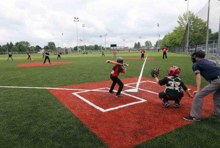 Inauguration à Varennes du premier terrain de baseball synthétique au Québec