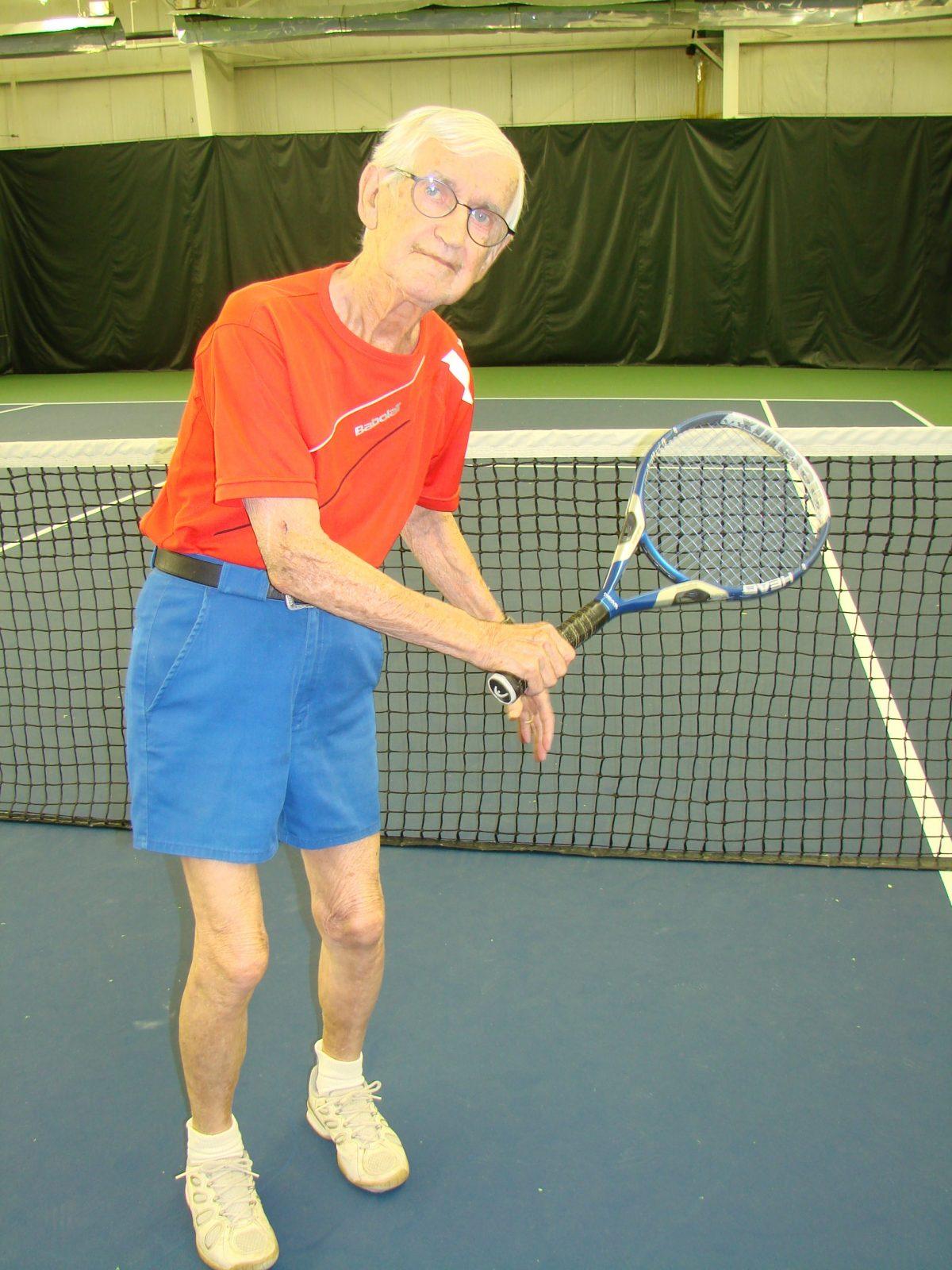 À 90 ans, il court toujours après la balle