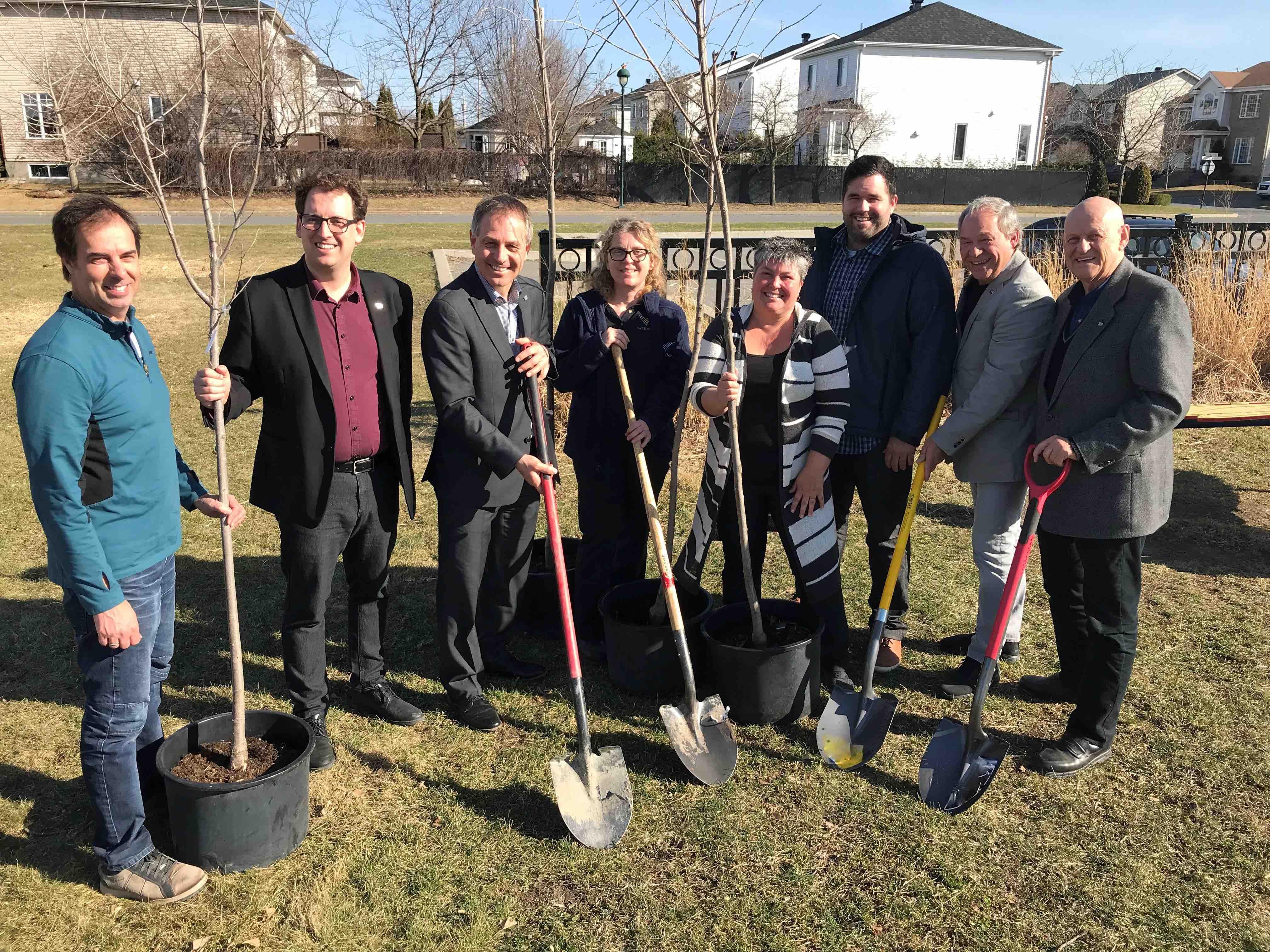 Plantation d'arbres pour commémorer le Jour de la Terre à Varennes