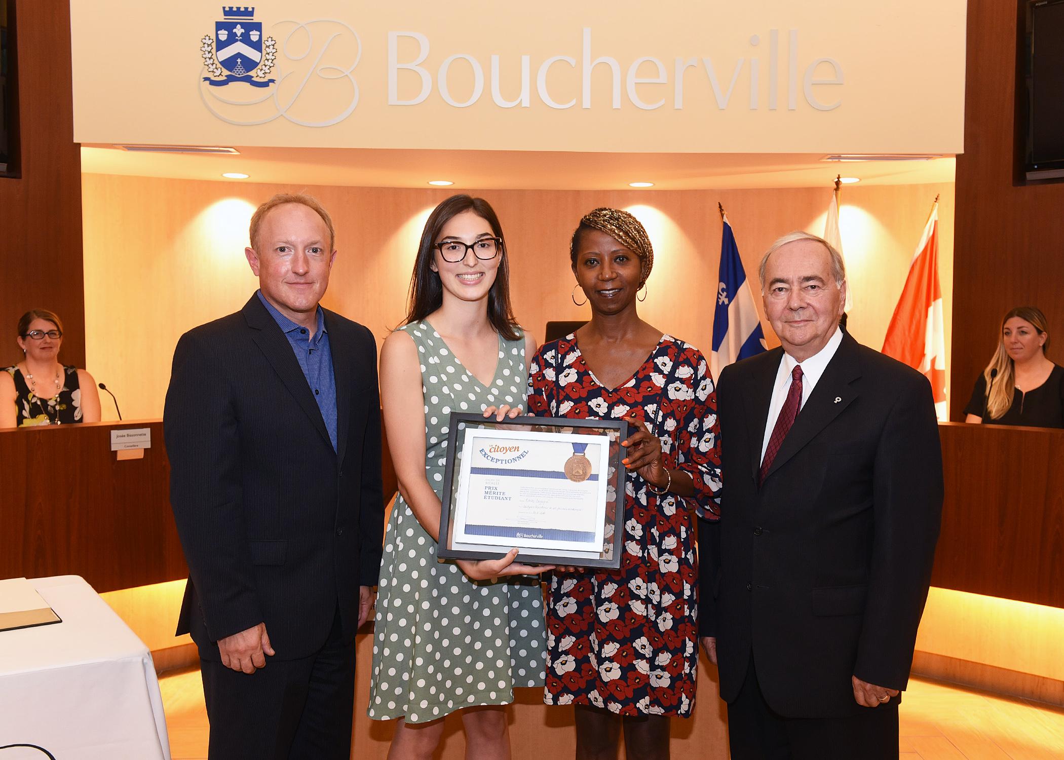 Une finissante de l'école de Mortagne reçoit une bourse de l'Ordre du mérite
