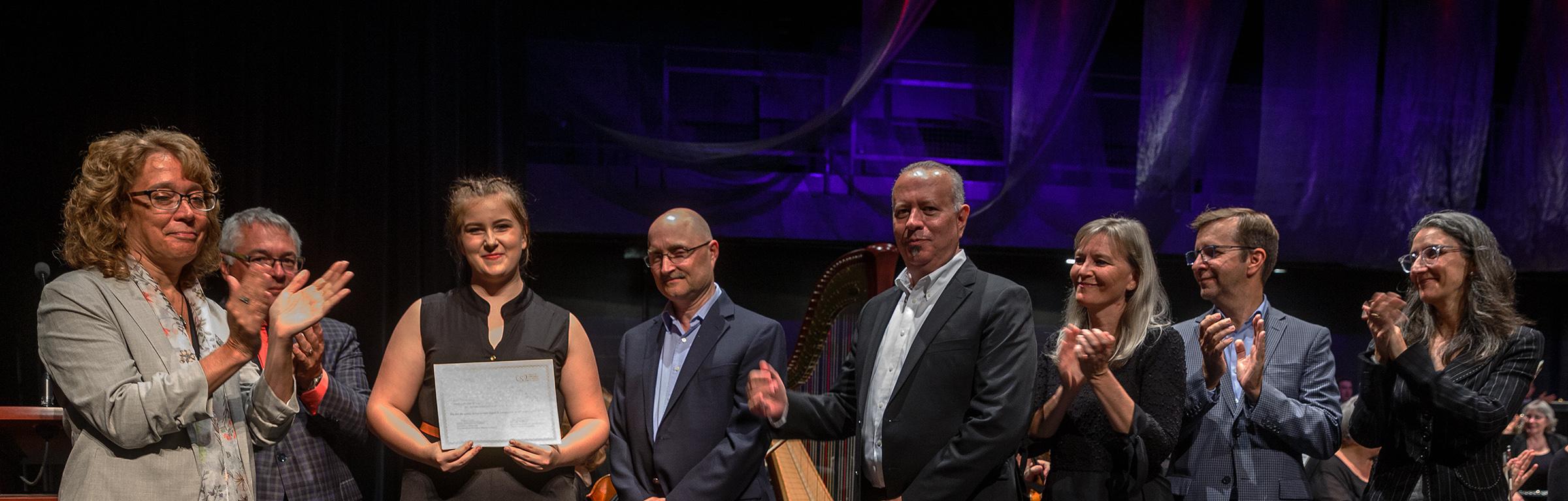 La jeune violoniste Cassandra Charron reçoit une bourse d'une valeur de 5000 $