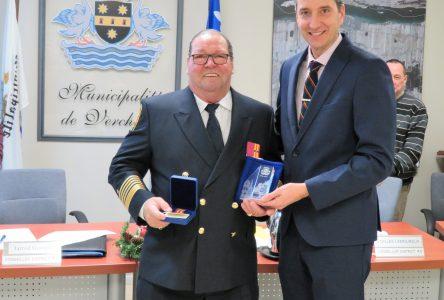 La Municipalité de Verchères honore André Larouche directeur du Service Sécurité Incendie