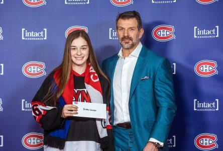Une étudiante et hockeyeuse du cégep Édouard-Montpetit reçoit une bourse des Canadiens de Montréal
