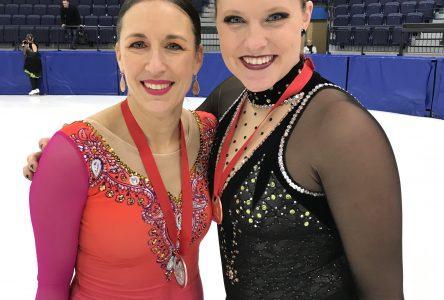 Deux enseignantes de l'école l'Arpège montent sur le podium aux Championnats provinciaux de patinage artistique synchronisé