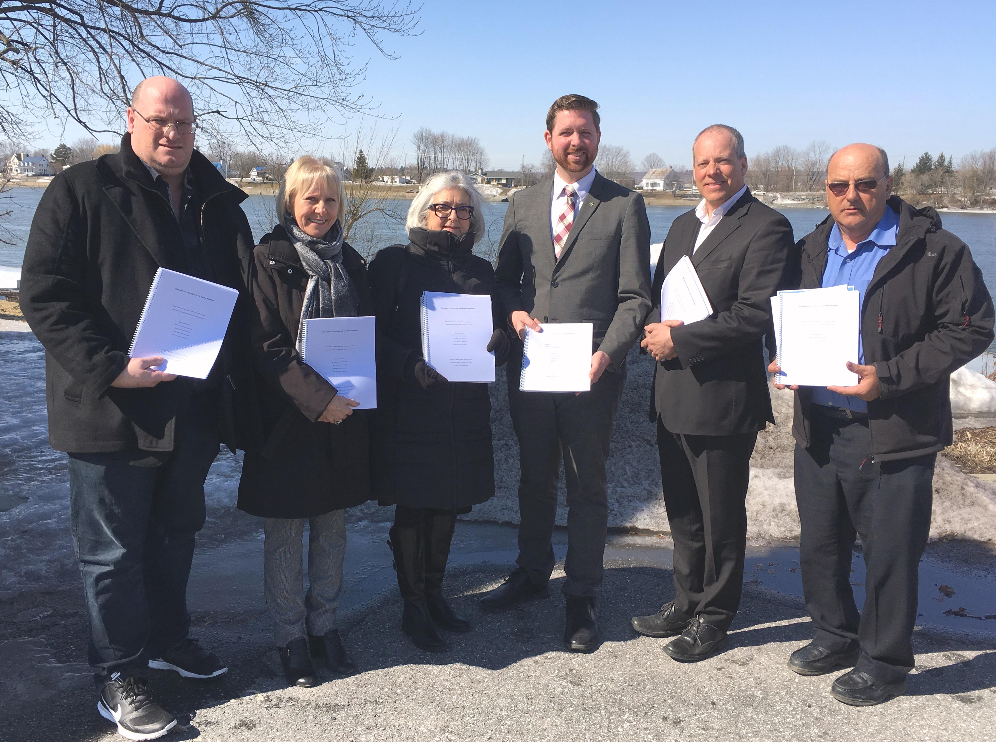 Xavier Barsalou-Duval et quatre maires de la région déposent conjointement une demande de restriction sur la rivière Richelieu