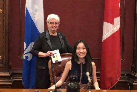 La député de Verchères félicite une jeune auteure de 16 ans de Sainte-Julie à l'Assemblée nationale