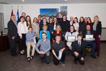 Des élèves du secondaire et du centre de formation professionnelle honorés à Sainte-Julie pour leur persévérance