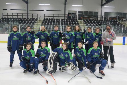 Un programme de hockey scolaire bien implanté à l'école le Carrefour à Varennes