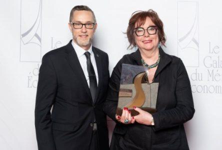 Une femme d'exception reçoit le Prix Grand bâtisseur lors du Gala du mérite économique