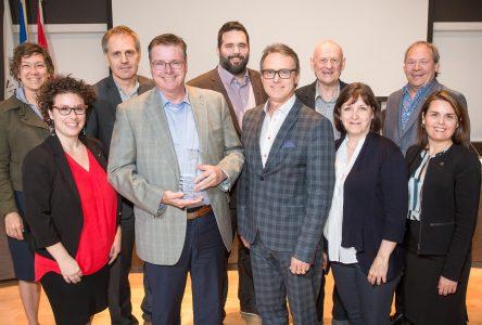 Jean Cousineau honoré par le conseil municipal de Varennes