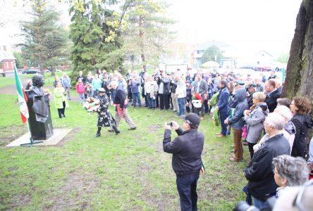 La foule applaudit à l'idée d'ériger une statue à Québec et une à Verchères afin d'honorer Bernard Landry