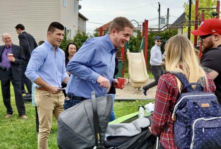 Andrew Scheer fait du porte-à-porte avec le candidat Mathieu Daviault à Saint-Amable