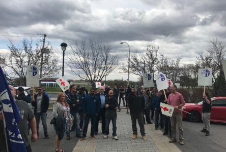 Des syndiqués de Mométal de Varennes manifestent devant l'hôtel de ville de Longueuil