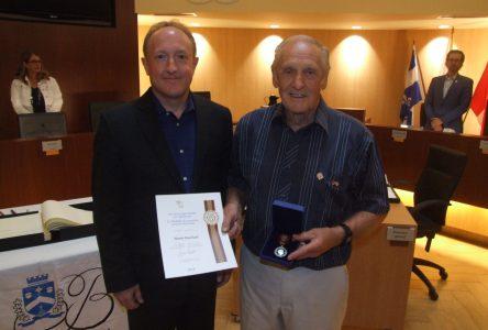Le Bouchervillois Benoit Bouchard reçoit la Médaille du souverain pour les bénévoles