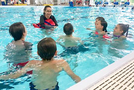 Un groupe d'élèves de Boucherville participe à la formation Nager pour survivre