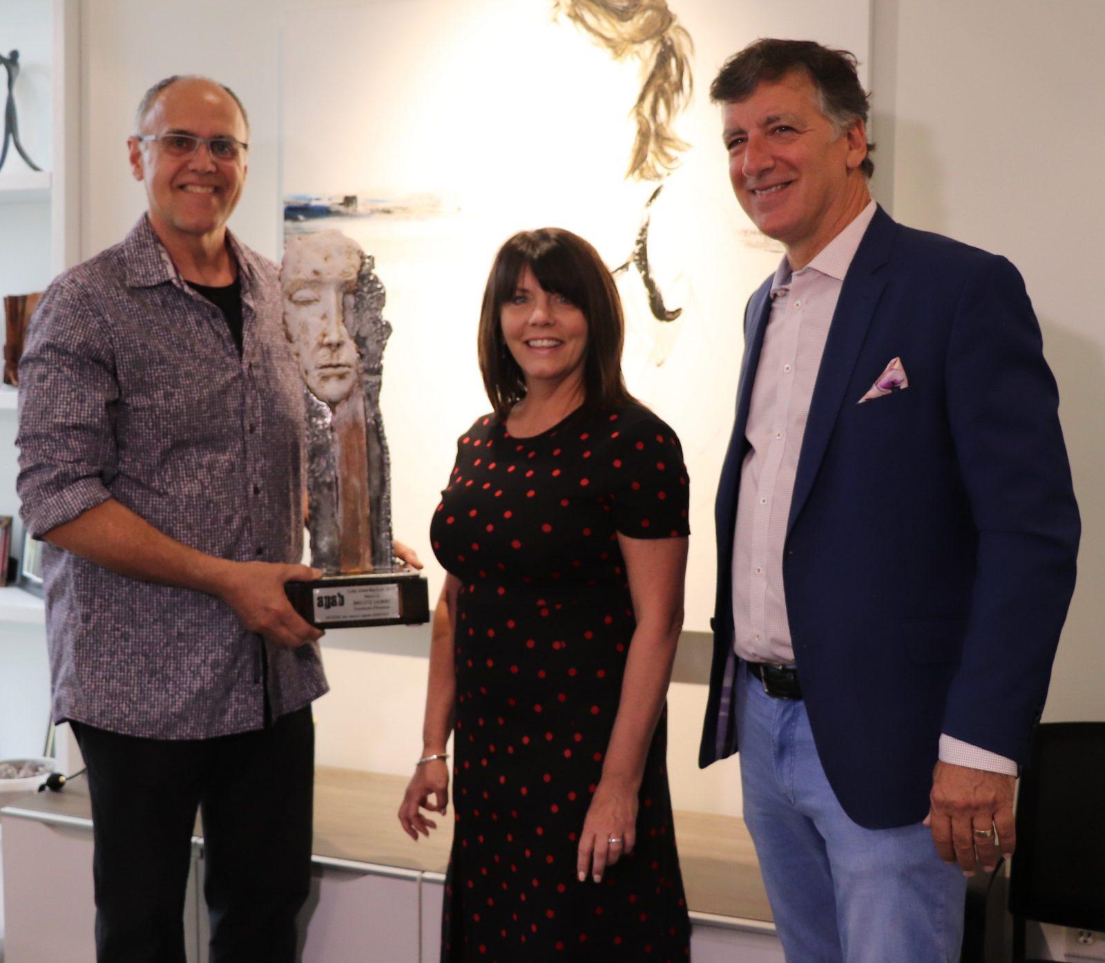 Une sculpture signée Daigno offerte à Brigitte Jalbert, présidente d'honneur du Gala Aimé-Racicot