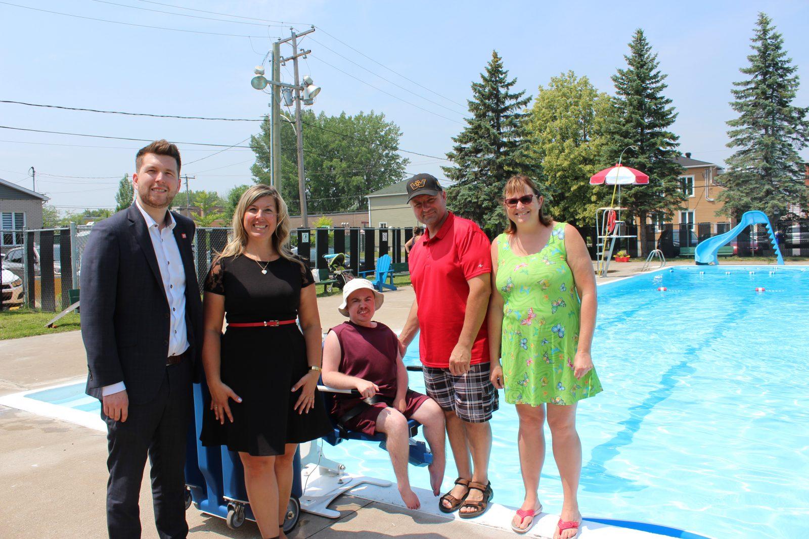 Une chaise pour personnes à mobilité réduite à la piscine municipale de Contrecoeur