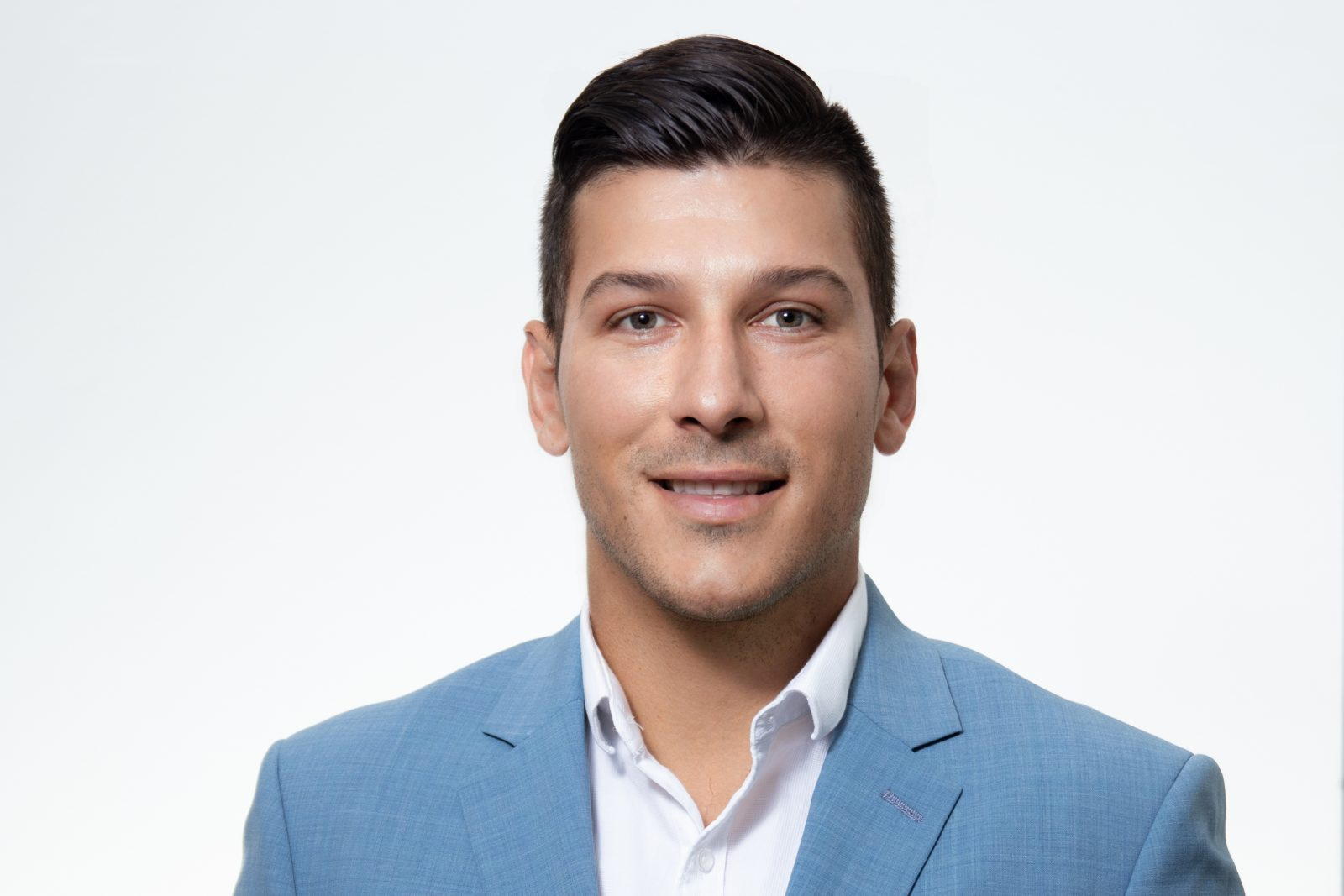 Le candidat du PC Mathieu Daviault se porte à la défense des médias locaux