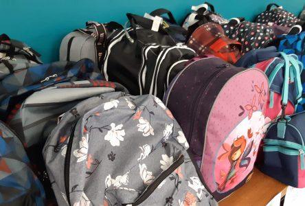 La Rentrée en beauté distribue 573 sacs d'école à des enfants dans le besoin