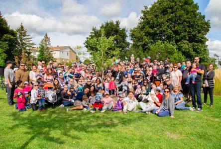 Les enfants nés ou adoptés en 2018 se rassemblent pour inaugurer leur arbre