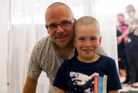 Un tournoi de curling afin de relever le Défi têtes rasées Leucan: un duo père-fils qui ne laisse personne de glace!