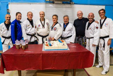 Le maire Jean Martel reçoit une ceinture noire honorifique lors du 25e du Club Taekwondo Boucherville