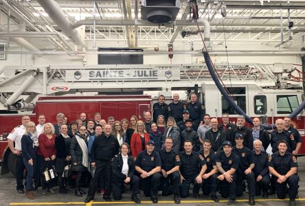 Les pompiers de Sainte-Julie remettent 8 600 $ à des organismes à la suite de leur tournoi de ballon-chasseur