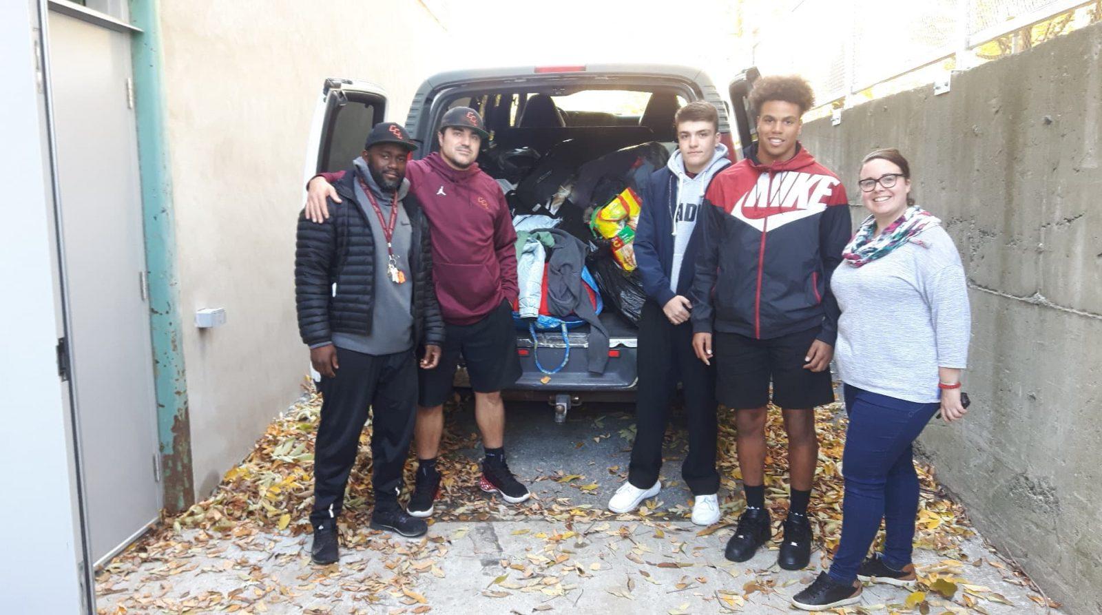 Des jeunes athlètes du collège Charles-Lemoyne font une collecte de vêtements pour l'Abri de la Rive-Sud