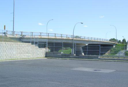 La réfection du pont d'étagement du boulevard De Montarville au-dessus de la route 132 à Boucherville en pause pour la période hivernale