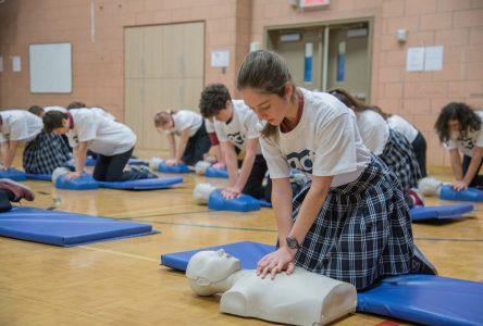 Un défibrillateur désormais disponible dans chaque école secondaire publique du Québec