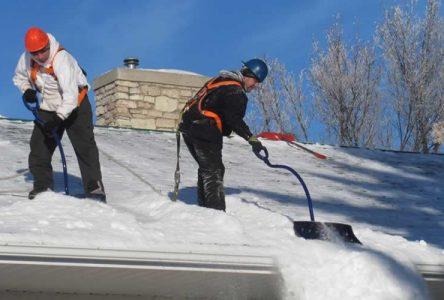 Déneiger un toit, ça se planifie! selon la CNESST