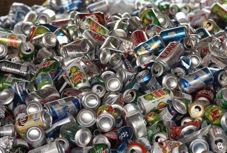 Collecte de canettes et de bouteilles à l'aréna de Contrecoeur