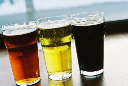 Des milliers de litres de bière périmée: pas de réouverture en vue pour les bars