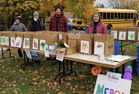 Distribution de paniers bios du projet Écoles enracinées : un succès renouvelé à l'école De La Broquerie