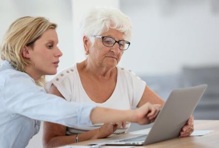 Les proches des personnes aînées sont encouragés à offrir leur soutien pour la prise de rendez-vous en ligne