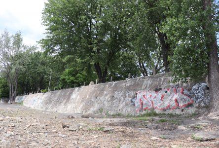 Boucherville: projet de restauration d'une section des murs en bordure du fleuve