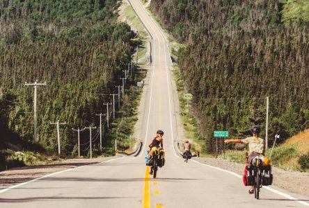 Des amateurs de cyclotourisme descendent une côte sur une route en région
