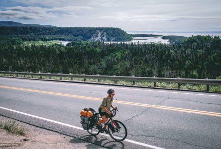 Un cycliste sur le bord d'une route en région