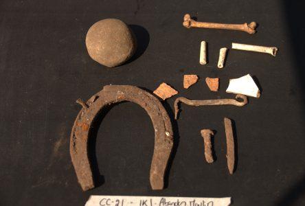 Un fer à cheval, un crochet et d'autres objets découverts sur les lieux