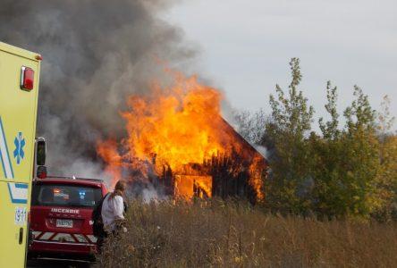 Le feu ravage une grange et de la machinerie agricole sur le rang Lustucru