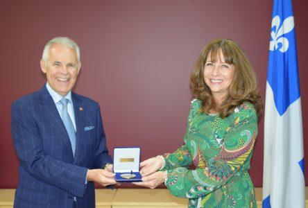 Nathalie Roy remet la Médaille de l'Assemblée à Sylvain Vinet